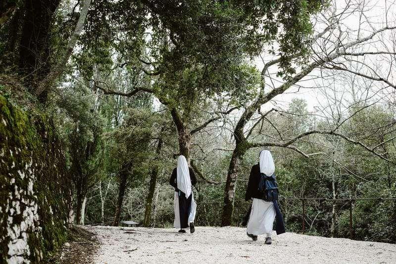Umbria Assisi suore in cammino