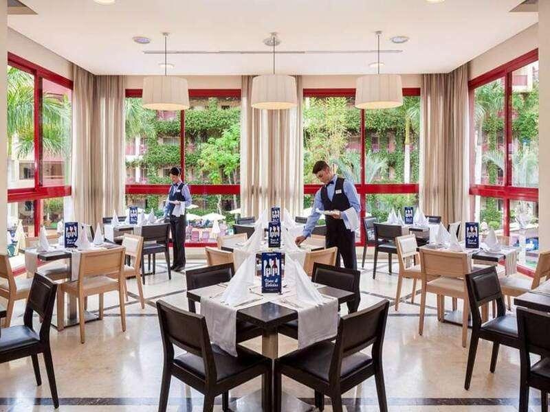 camerieri-preparano-tavoli-colazione-jacaranda