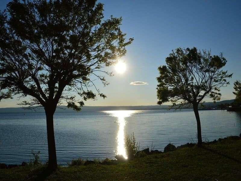vista lago bolsena con sole orizzonte
