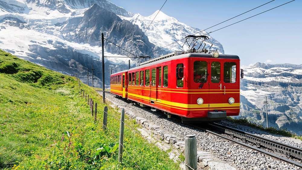 treno-rosso-alpi-svizzere